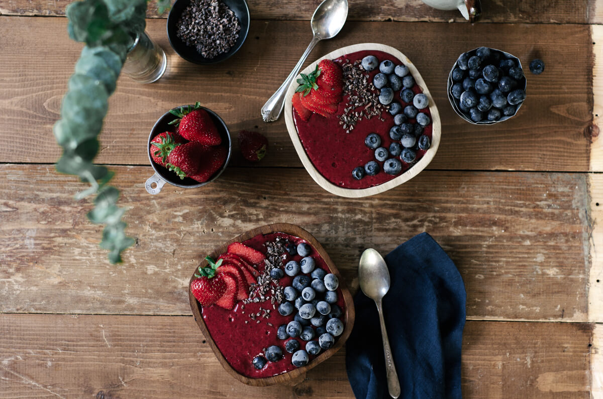This fresh and vibrant smoothie bowl is dairy free, vegan, and paleo. Made with fresh seasonal blackberries and three other simple ingredient. Topped with fresh summer fruits, this healthy breakfast bowl is a fantastic 5 minute recipe for any day.