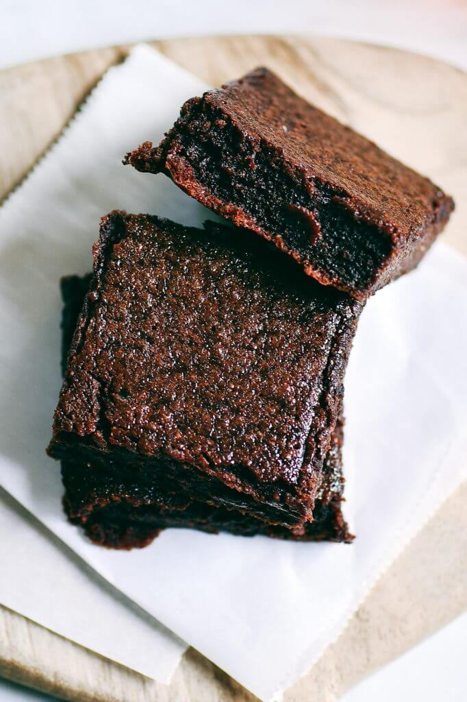 Fudgey paleo applesauce brownies made with collagen! Easy decadent and healthy treat. Cakey and moist! Gluten free, dairy free, and naturally sweetened. Make ahead and freeze! Best gluten free brownies. Best paleo brownies recipe. Fudgey paleo brownie recipe. Fudgey chocolate brownies. Healthy brownie recipe. Easy paleo brownies.