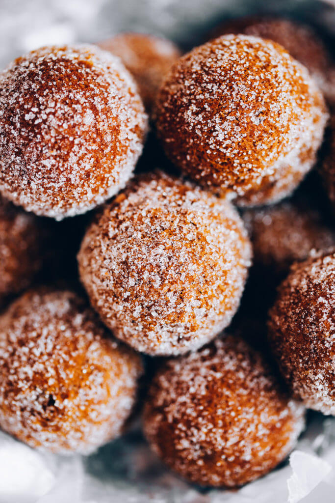 Cinnamon Sugar Paleo Pumpkin Donut Holes - the perfect easy and healthy breakfast for busy, cold Fall mornings! Easy paleo pumpkin donut recipe. Gluten free pumpkin donut holes. Healthy pumpkin donuts. Almond flour pumpkin donuts. Easy Paleo donut hole recipe. Best pumpkin dessert recipes.