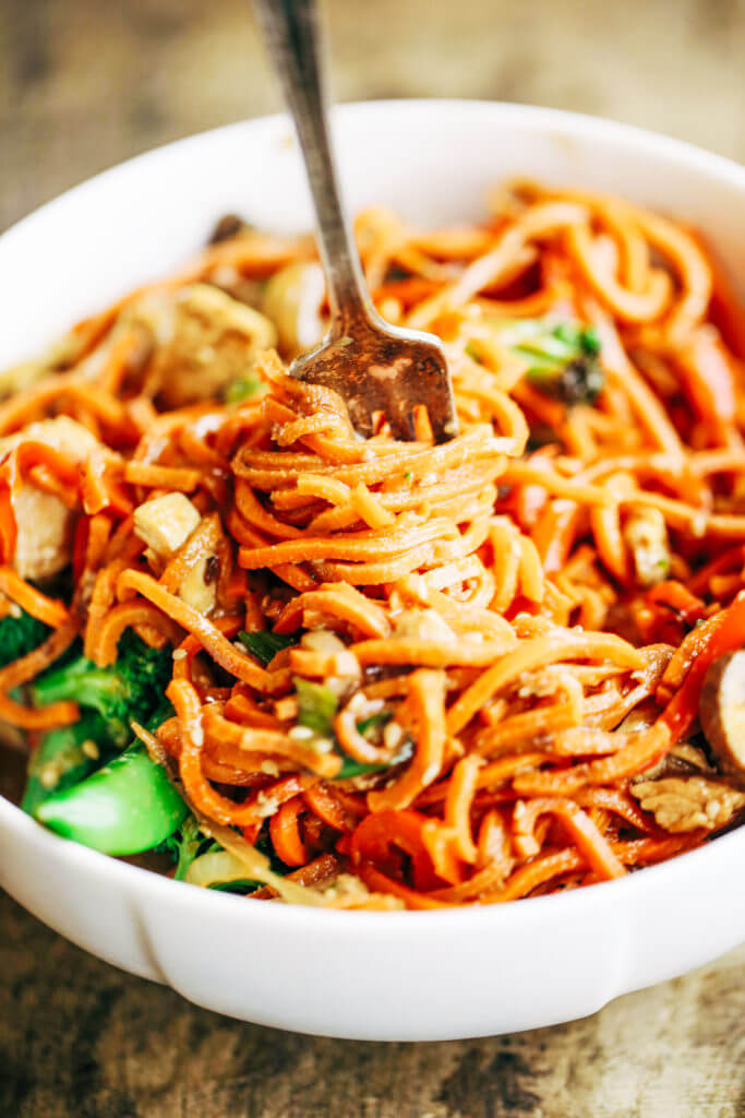 Healthy Lo Mein made with delicious carrot noodles! An Easy 15 minute whole30 meal the whole family will enjoy! Grain free, paleo, and gluten free. The servings are big. The food is tasty! I did not want to stop eating this! I wanted to eat all four servings by myself. A big ol' serving of these lo mein noodles carries all of the delicousness factor with only 343 calories!  Whole30 meal plan that's quick and healthy! Whole30 recipes just for you. Whole30 meal planning. Whole30 meal prep. Healthy paleo meals. Healthy Whole30 recipes. Easy Whole30 recipes. Best paleo dinner recipes.