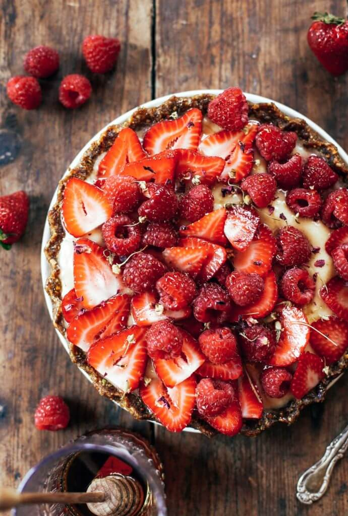 This no bake fruit tart is filled with creamy banana filling and a secret ingredient: cauliflower! Easy, healthy, and made in 5 minutes! Paleo pie recipes. Paleo crust recipes. Summer pie fruit recipes. Easy summer dresses. Easy summer snacks. Healthy snacks. Easy paleo dessert recipes. Best paleo pie recipe. Strawberry dessert recipes.