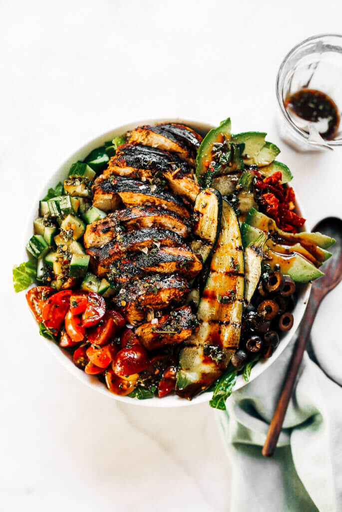 Grilled chicken salad with balsamic dressing and grilled vegetables. An easy paleo whole30 dinner for the whole family! #whole30 #dinner #healthyfood #paleo Whole30 rules. Whole30 recipes. Whole30 dinner. Paleo dinner recipes ideas. Summer salads. How to grill chicken. Paleo recipes for beginners. Paleo diet recipes.