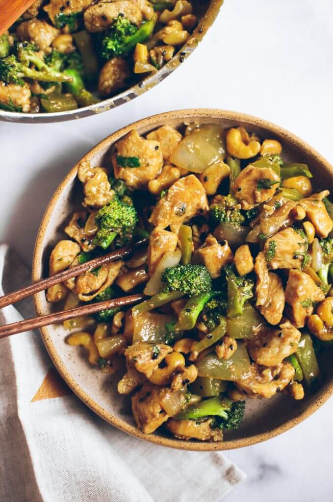 Best cashew chicken recipe and it's whole30 and paleo! This easy dinner is a family favorite- we can't get enough of this delicious and easy to make cashew chicken! Save this recipe for whole30 meal prep this week.